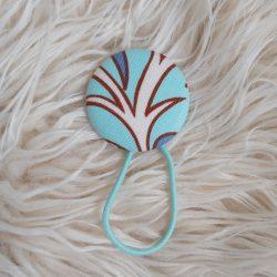 Kék mintás gomb hajgumi