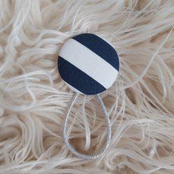 Kék fehér csíkos gomb hajgumi
